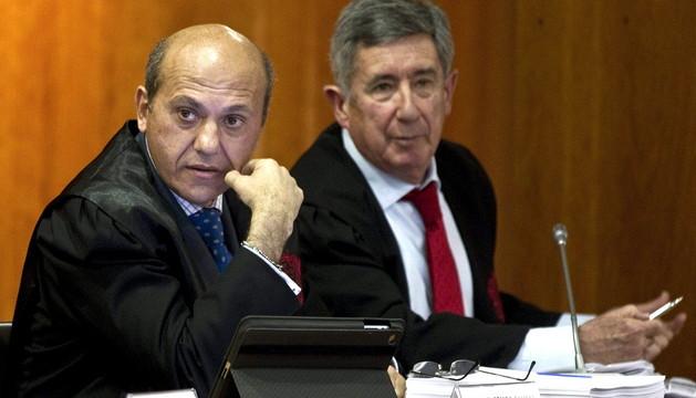José María del NIdo (i), junto a su abogado