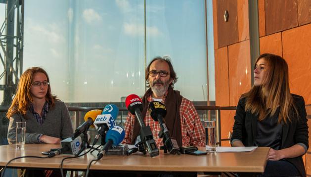 Lise-Laure Mattern (consultora de Child Focus), Pablo Eliguz (padre de Hodei) y Katia De Miguel (amiga de Hodei) durante una rueda de prensa de Child Focus y los padres y amigos del joven este lunes en Antwerp
