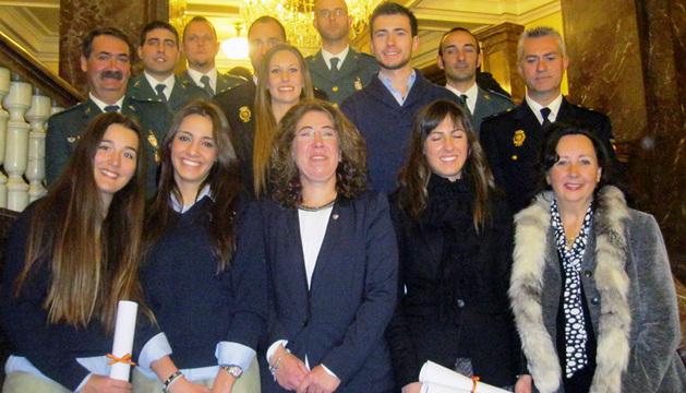 Los ciudadanos galardonos con la Medalla al mérito civil junto a la delegada del Gobierno, Carmen Alba.