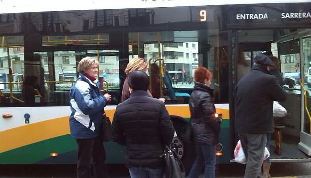Varios usuarios esperan para subir al autobús en Pamplona.