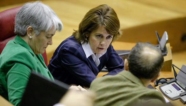Yolanda Barcina, Lourdes Goicoechea y Juan Luis Sánchez de Muniáin conversan durante el pleno de este martes.