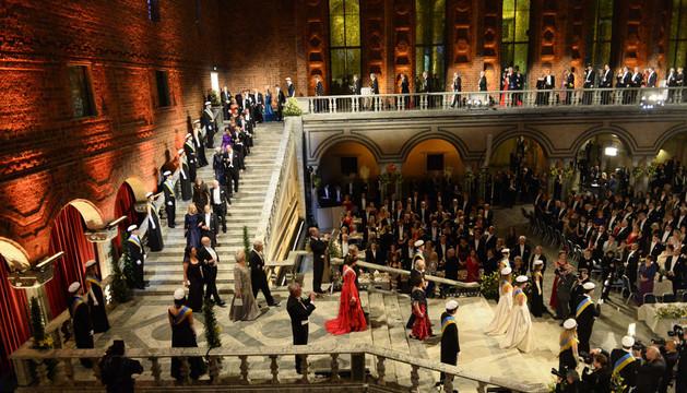 Los invitados desfilan para el banquete de los premios Nobel