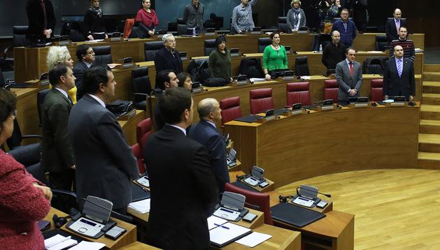Parlamentarios y miembros del Gobierno guardaron en pie un minuto de silencio en memoria del líder sudafricano Nelson Mandela, al inicio del pleno de ayer