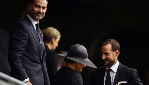 El Príncipe Felipe conversa con el Príncipe Haakon de Noruega y la Princesa Victoria de Suecia.