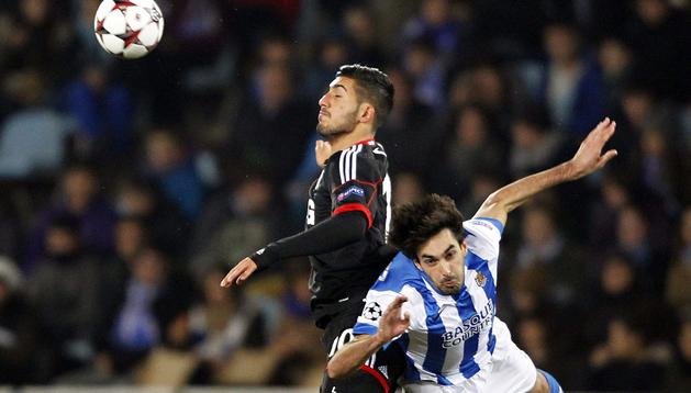 El defensa de la Real Sociedad, Carlos Martínez (dcha.), lucha un balón con el defensa Emre Can, del Bayer Leverkusen