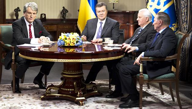 El presidente de Ucrania Víktor Yanukóvich (2º izda.) se reunió con sus tres antecesores en el cargo, Leonid Kravchuk (2º dcha.), Leonid Kuchma (dcha.) y Víktor Yúschenko (izda),