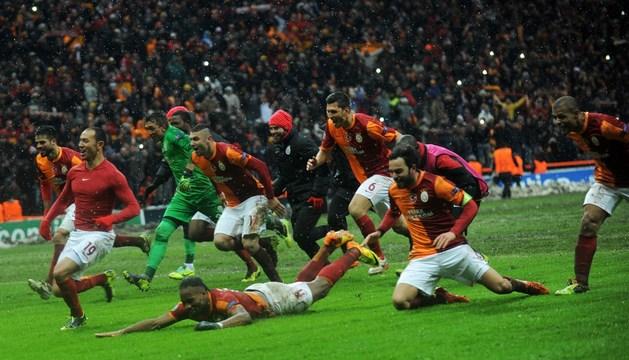 Los jugadores del Galatasaray celebran la clasificación para octavos de final de la Liga de Campeones