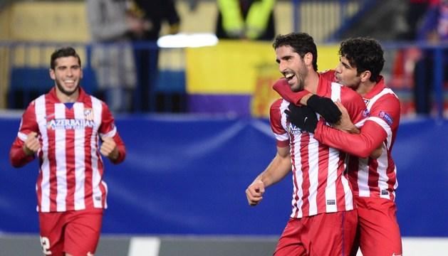 Raúl García y Diego Costa celebran el primer gol del partido