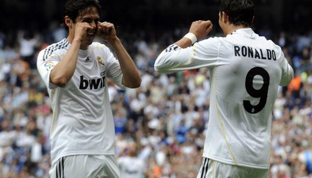 Kaká, ya fuera del Real Madrid, y Cristiano Ronaldo celebran un gol en El Sadar