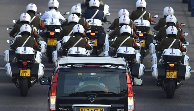 El cortejo fúnebre con los restos mortales de Nelson Mandela salió este miércoles en torno a las 07.00 hora local del Hospital Militar de Pretoria, por cuyas calles desfiló en presencia de cientos de ciudadanos que se despiden de él.