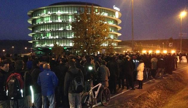 Cientos de empleados de Gamesa marcharon este miércoles en las inmediaciones de la empresa en la Ciudad de la Innovación de Sarriguren para protestar por los despidos en su plantilla.