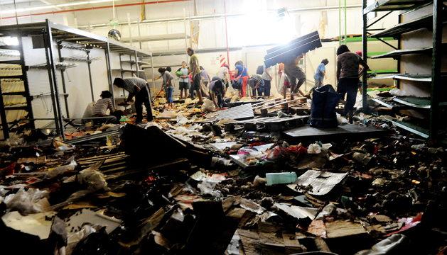 Un supermercado saqueado en medio de la protesta de huelga de la policía provincial de la ciudad norteña de Tucuman.