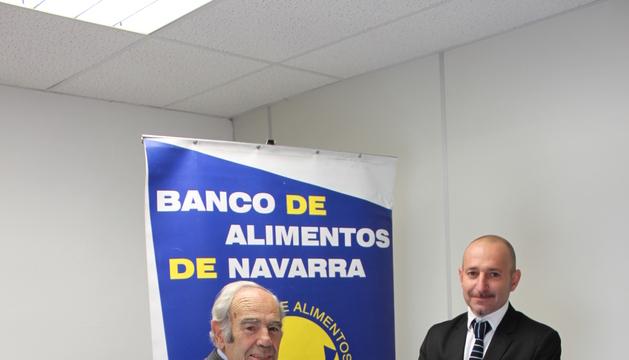 Carlos Ochoa Ayala y Carlos Almagro, en la entrega del cheque
