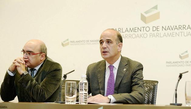 Alberto Catalán, durante su intervención, junto a José Tudela, presidente de la Fundación Giménez Abad.