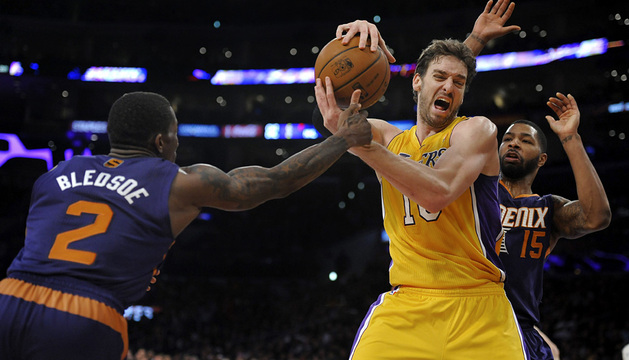 Gasol lucha con dos jugadores de los Suns.