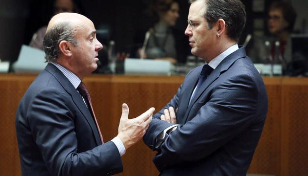 l ministro de Economía español, Luis de Guindos, conversa con el ministro de Finanzas suizo, Anders Borg.