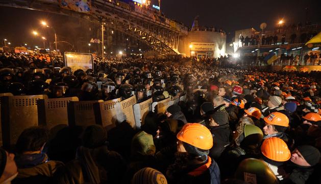 Manifestantes se enfrentan a la policía en la Plaza de la Independencia, en Kiev .