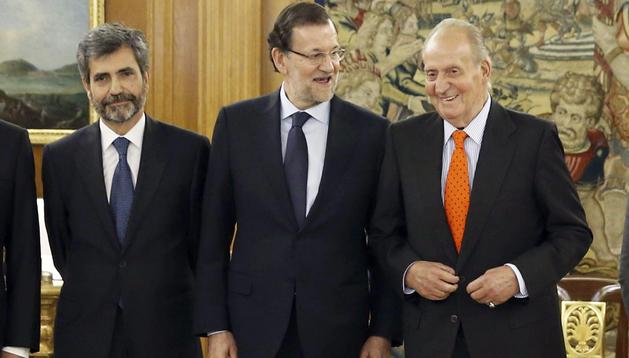 El Rey Juan Carlos junto al presidente del Gobierno, Mariano Rajoy (centro), y el nuevo presidente del Tribunal Supremo y del Consejo General del Poder Judicial, Carlos Lesmes
