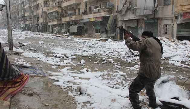 Un rebelde sirio dispara en la ciudad de Aleppo, en el norte del país