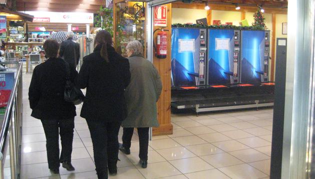 Un grupo de personas accede a una venta de Dantxarinea, dotada con máquinas expendedoras de cartones de tabaco