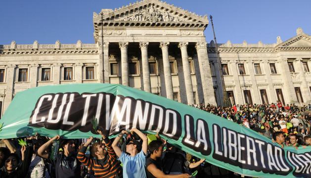 Manifestantes a favor de la legalización, en Montevideo.