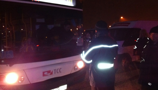 Los conductores colocan carteles de servicios mínimos en sus autobuses.