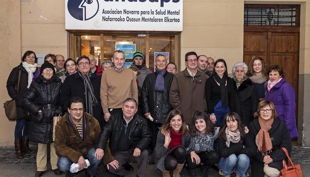 Un grupo de socios, familiares, usuarios y trabajadoras posó junto a varios miembros del Ayuntamiento