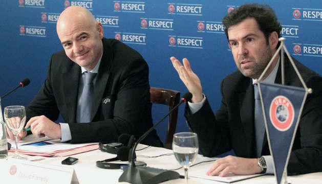 El secretario general de la UEFA, Gianni Infantino, a la izquierda.
