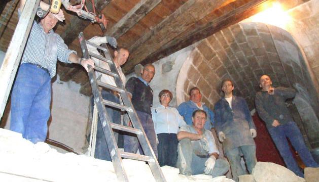 Un grupo de voluntarios en la Iglesia de Aibar