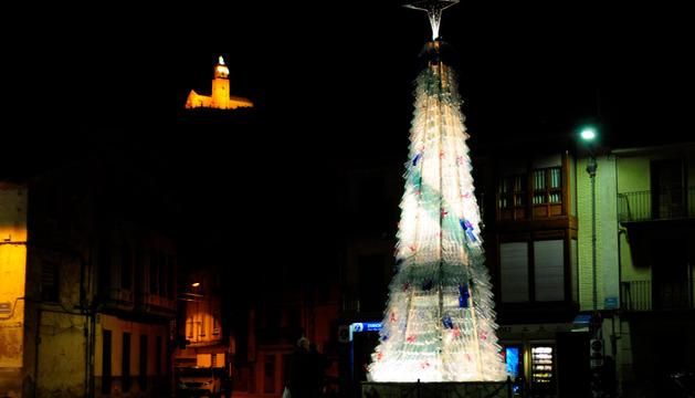 El árbol de Navidad realizado con botellas de plástico en Falces