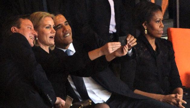Momento en el que los tres líderes políticos se hacían la fotografía.