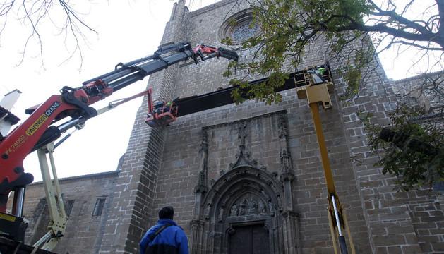 Momento de la colocación de la marquesina sobre la puerta de San José