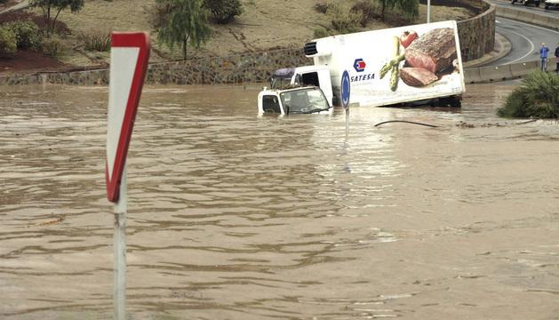 Unos vehículos atrapados por el agua en una rotonda al sur de Tenerife.