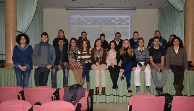 Alumnos de la escuela taller, trabajadores del área servicios sociales y representantes municipales durante la presentación de las web