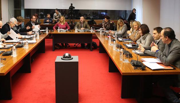 La comisión de Economía, en su reunión de ayer, minutos antes de iniciar el debate de las medidas fiscales y las enmiendas.