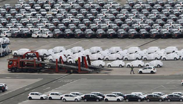 Polos en la campa de Volkswagen Navarra listos para ser transportados.