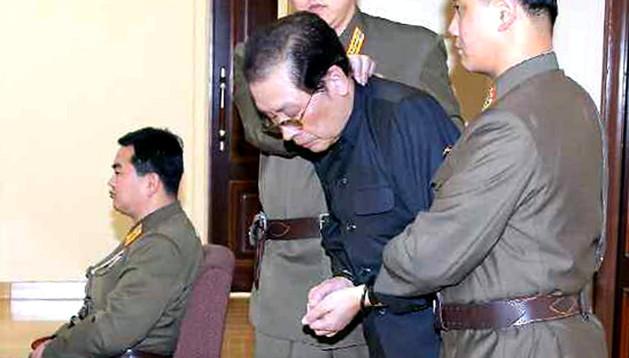 Jang Sung-taek entra al tribunal militar para ser juzgado
