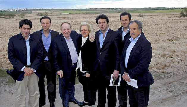 El inversor norteamericano Sheldon Adelson (3 izda), acompañado por su esposa, durante su visita a unos terrenos ubicados en el municipio de Alcorcón en mayor de2012.