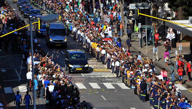 El féretro de Nelson Mandela, a su paso por las calles de Pretoria este viernes, último y tercer día de su capilla ardiente.