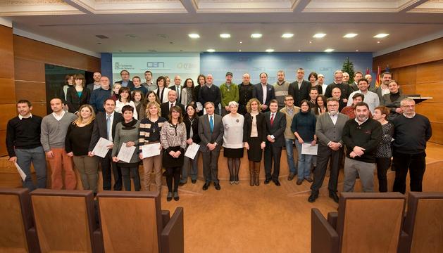 La consejera Goicoechea junto con Sarría y los representantes de las empresas reconocidas