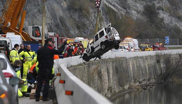 Cuatro personas, dos de ellas menores, han muerto al caer al río Ter la furgoneta en que viajaban cuando circulaba por la carretera C-17 a su paso por Les Llosses (Girona).