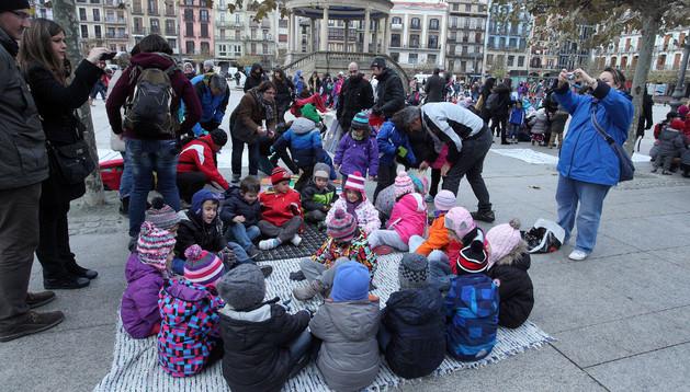 Un grupo de escolares sentados el pasado viernes en la plaza del Castillo