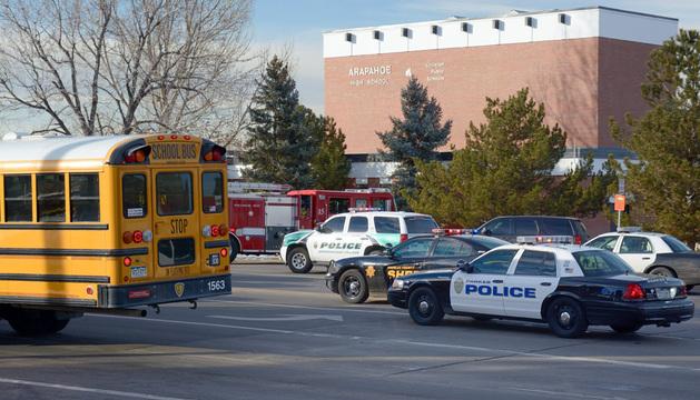 El incidente provocó la inmediata respuesta de la policía local, que en pocos minutos llegó a la Arapahoe High School.