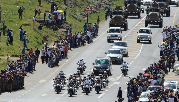 Decenas de personas vieron pasar el féretro por Mthatha (Sudáfrica)