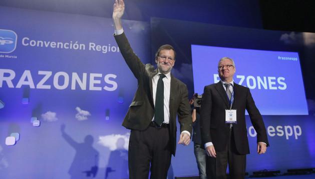 El presidente del gobierno, Mariano Rajoy (i), junto al presidente de la Región de Murcia, Ramón Luis Valcárcel (d), saludan a los asistentes a la Convención Anual del Partido Popular de la Región de Murcia