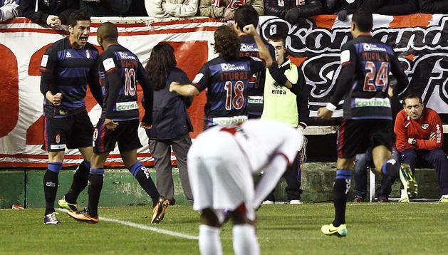 Riki (izda.) celebra con sus compañeros el primero de los goles marcados por el Granada en Vallecas