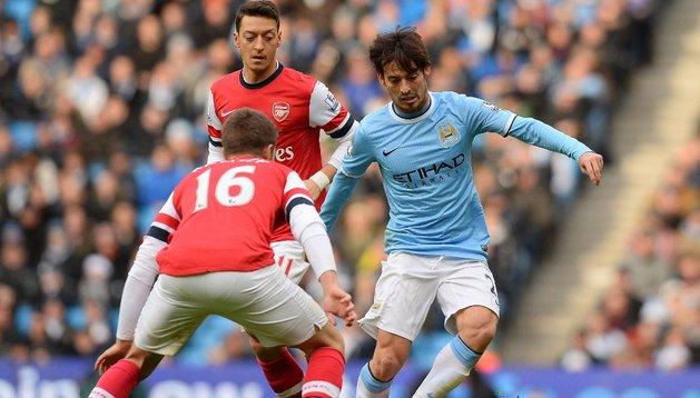 Silva y Özil pugnan por la pelota en el City-Arsenal