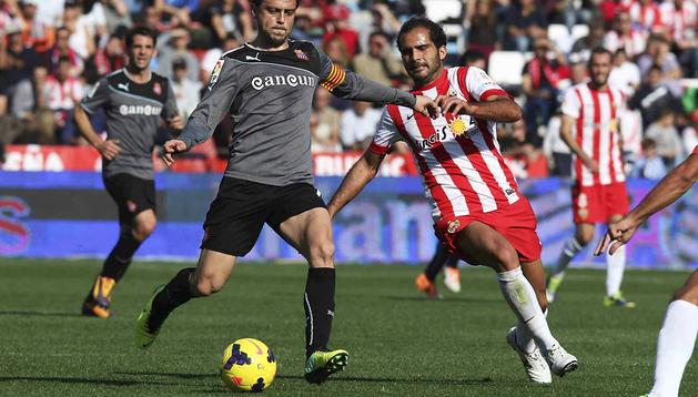 El centrocampista del Almería José Antonio Verza (dcha.) persigue al delantero del RCD Espanyol Sergio García (izda.), durante el partido