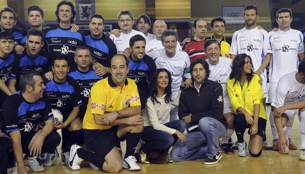 Fotografía de familia de los participantes en el Desafío Solidario