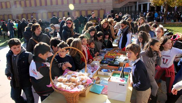 Alumnos, profesores y padres acudieron al mercadillo instalado en el patio de la Compañía de María